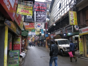 An extraordinarily quiet Thamel street.